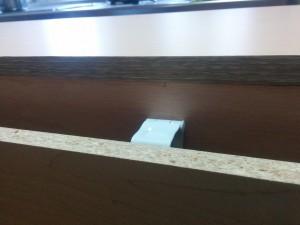 キッチンカウンターに木目調テープと壁紙004
