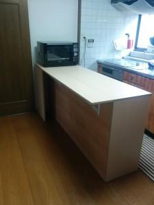 キッチンカウンターに木目調テープと壁紙013