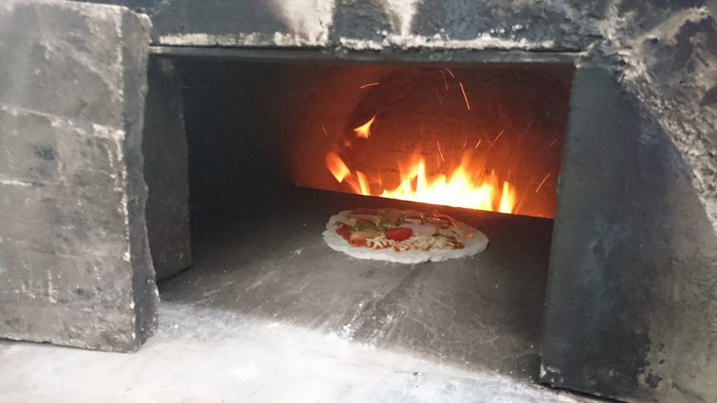 手作りピザ窯でピザパーリー