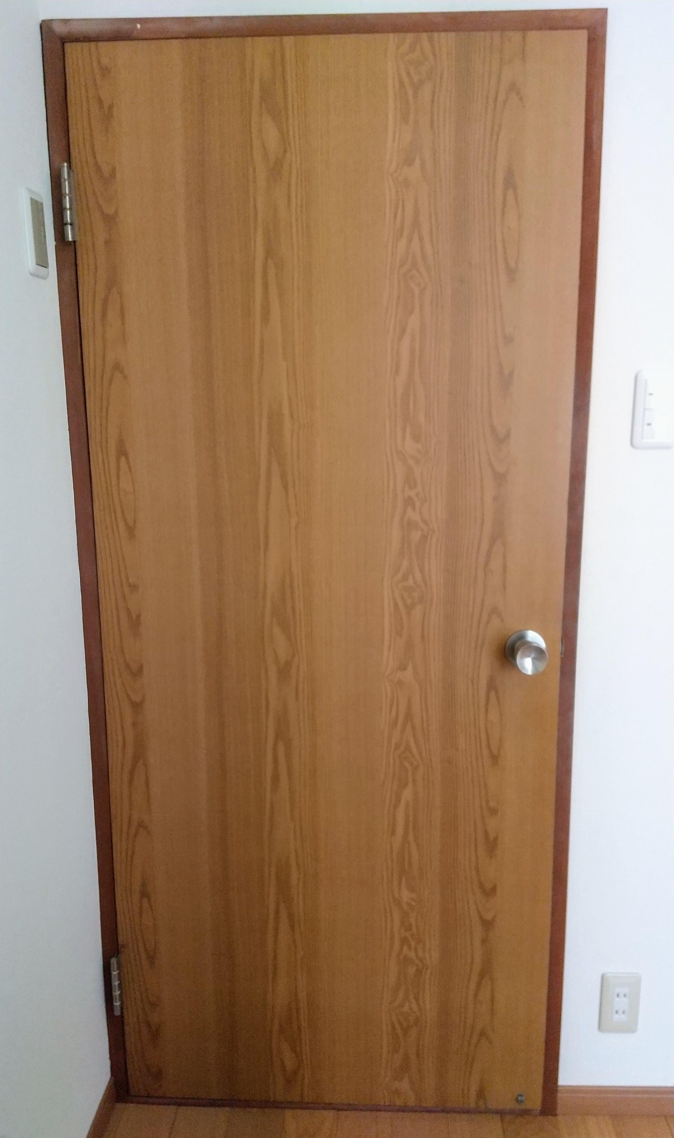 Diy 古いドアノブを外して古いドアに白い壁紙貼り 貧乏父さんの節約術 節約テクニック大公開