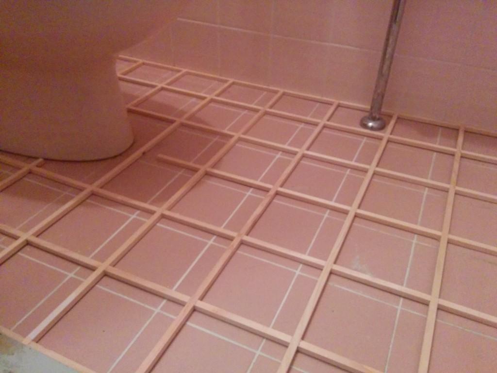 【DIY基礎枠づくり】トイレの床タイルにクッションフロアを張る
