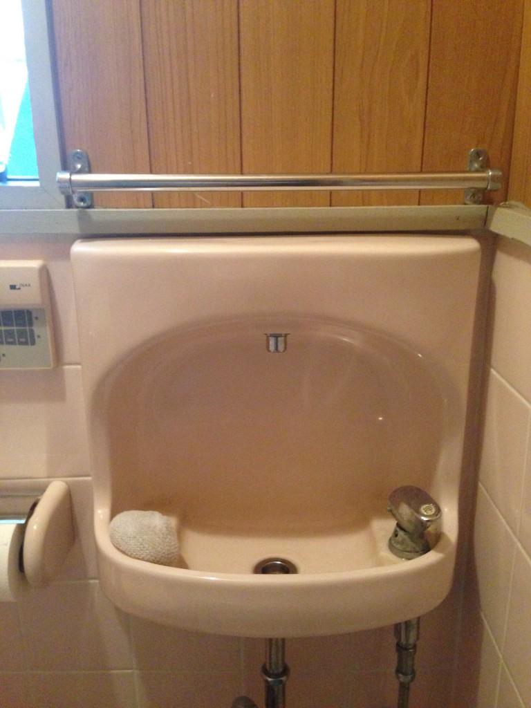 トイレの壁紙貼りに挑戦!素人でもそれなりの・・・