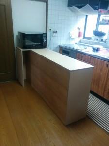 キッチンカウンターに木目調テープと壁紙012