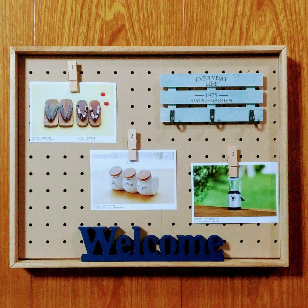 セリアの有孔ボードに可愛く写真や鍵が掛けられるディスプレイボックス